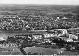 13 - ARLES Vue Générale Aérienne - Nouveaux Immeubles De Trinquetaille ( Cité HLM ) CPSM Dentelée N/B  GF Bouches Rhône - Arles