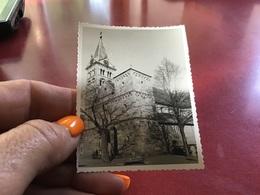 Photo Noir Et Blanc église Abbaye Alsace Hommes Femmes Voitures Anciennes Enfantseglise Alsace Lutterbach - Places
