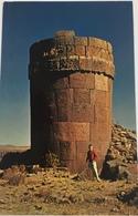 (655) Peru - Chupas De Sillustani - Preinca Tombs - Een Toerist - Pérou