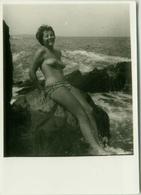 1950s/60s VINTAGE RISQUE AMATEUR PHOTO - NAKED WOMAN ON THE ROCKS (755) - Bellezza Femminile Di Una Volta < 1941-1960