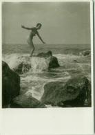 1950s/60s VINTAGE RISQUE AMATEUR PHOTO - NAKED WOMAN ON THE ROCKS (756) - Bellezza Femminile Di Una Volta < 1941-1960