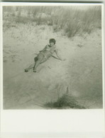 1950s/60s VINTAGE RISQUE AMATEUR PHOTO - NAKED WOMAN ON THE BEACH (757) - Bellezza Femminile Di Una Volta < 1941-1960