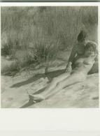 1950s/60s VINTAGE RISQUE AMATEUR PHOTO - NAKED COUPLE ON THE BEACH (758) - Bellezza Femminile Di Una Volta < 1941-1960