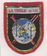 B - ECUSSON FEUTRE BRODE LA THUILE M 1441 ITALIE SKIEUR - Ecussons Tissu