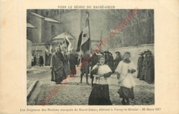 PARAY LE MONIAL .  Les Drapeaux Des Nations Marqués Du Sacré Coeur Défilent.  VERS LE REGNE DU SACRE COEUR . - Paray Le Monial