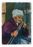 CPA 29 - Folklore De Bretagne - Vieille Femme Allumant Sa Pipe - Bekende Personen