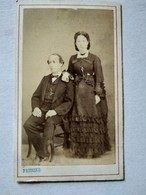 Photographie Ancienne CDV  Second Empire - Couple -Homme Assis - Photo Prunier. BE - Ancianas (antes De 1900)