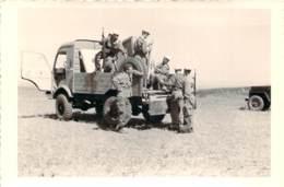 Photo Militaria - Guerre D'Algérie - Militaire Français Et Groupe De Harkis Autours D'un Vehicule De L'armée - War, Military