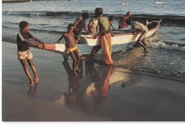 1989 Dakar -  Soumbedioune Baie  Baai  Bay  - Gens Avec Bateau - Photo Y Delacourt - - Sénégal