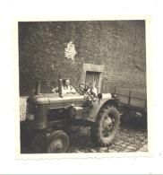 Photo ( 8 X 8 Cm ) Ferme, Enfant Conduisant Un Tracteur, Oldtimer , Agriculture, Métier (b254) - Lieux