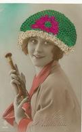 Carte Brodée Femme Avec Bonnet De Sainte Catherine - Borduurwerk