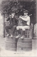 56 Binious Du FAOUET - Musiciens Populaires Traditionnels Assis Sur Des Tonneaux - Le Faouet