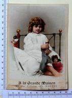 CHROMO GRAND FORMAT....A LA GRANDE MAISON /NANTES ...ENFANT DANS SON LIT EN CHEMISE DE NUIT...POUPÉE..DOUDOU - Chromos