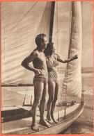 Tematica - Coppie - 19?? - Missed Stamp - Saluti Da Pescara - Giovane Coppia In Costume Da Bagno Su Barca A Vela - Viagg - Coppie