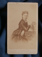 Photo CDV  Berthault à Angers  Femme (Mme Maxime Pelou ?)  Sec. Empire  CA 1865 - L453 - Photographs
