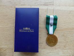 Médaille D'honneur. Communale. Régionale. Départementale. 30 Ans. Bronze Doré Dans Sa Boite De La Monnaie De Paris - Autres