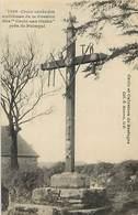 - Côtes D Armor -ref-D09- Croix Aux Outils Près De Paimpol - Croix Ornée Des Emblèmes De La Passion - Religions - - Altri Comuni