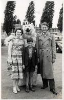 Photo Originale Déguisement & Eisbär, Ours Blanc Polaire Posant En Famille Avec VW Coccinelle à Berlin 1954 - Anonymous Persons