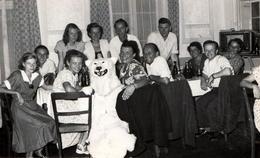 Photo Originale Déguisement & Eisbär, Ours Blanc Polaire Posant Au Repas De Famille Entre 2 Pin-up - Poste T.S.F 1950s - Anonymous Persons