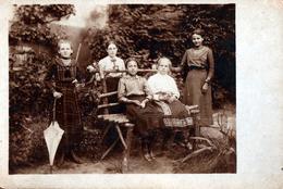 Carte Photo Originale De 5 Jeunes Femmes Adolescentes Sur Un Banc Vers 1900/1910 - Emilie Mit Schirm U Tramdinen - Personnes Anonymes