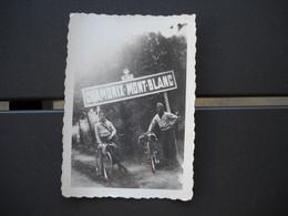 Chamonix 74 . Photo De 2 Cyclistes Devant Le Panneau Chamonix-mont-blanc En 1938 . 8,8 X 6,2 Cm . 2 Photos . - Luoghi