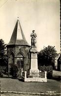 59 VICQ / LE MONUMENT AUX MORTS ET LA CHAPELLE SAINT ROCH / A 540 - France
