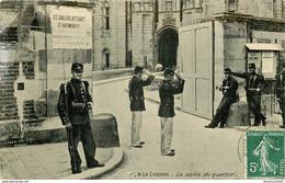 94 CASERNE DE VINCENNES. La Sortie Du Quartier Avec Le Salut Militaire 1908 Carte émaillographie Staerck Frères Paris - Vincennes