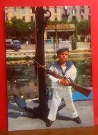 Bambino Soldato Divisa Marinaio - Fucile Armi CARTOLINA Non Viaggiata - Umoristiche