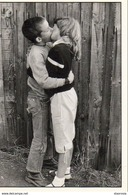 JEUNES AMOUREUX ( Jeunes Enfants S'embrassant Sur La Bouche - Baiser Fougueux ) - Photo Gavin Watson - Fancy Cards