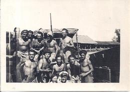 GROUPE D'HOMMES MUSCLES ET BRONZES   De La Marine  En INDOCHINE ? - Personnes Anonymes