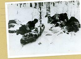 GUERRE  39/45  à L'est  , Aprés Une Attaque Soviétique Repoussée  Par Les Troupes Finlandaises Les Infirmiers Arrivent - Guerre, Militaire