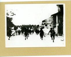 GUERRE  39/45  En Extreme Orient Prise De MANDALAY  Par Les Troupes Nippones ; Les Fantassins à L'assaut De La Ville - Guerre, Militaire