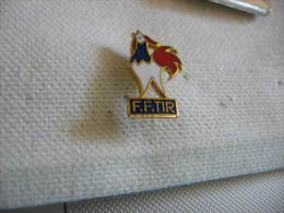 Pin's  De La Fédération Francaise De TIR (FFTIR). Coq Aux Copuleurs De La France - Tir à L'Arc
