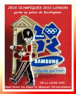 SUPER PIN'S JEUX OLYMPIQUES LONDON 2010 : GARDE De BUCKINGHAM PALACE Articulé, Double Moule LOGO JO LONDON 2,8X3cm - Jeux Olympiques