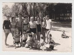 MZ  002 /  SARAJ  ( MACEDOINE ) Photo Originale -Femmes, Homme, Enfants, Torse Nu, En Maillot De Bain .1965 - Orte