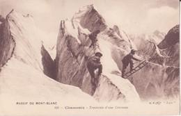 CPA - 110. CHAMONIX - TRAVERSEE D UNE CREVASSE - Chamonix-Mont-Blanc