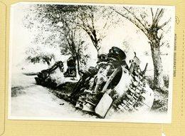 GUERRE 39/45  RUSSO ALLEMANDE Dans Un Village Soviétique Tanks Russes Hors De Combat - Guerre, Militaire