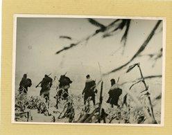 GUERRE 39/45  La Guerre à L'est , Sur Le Front Russe Une Colonne Avance Malgré La Neige - Guerre, Militaire