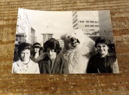 PHOTO ORIGINALE ANNEE CIRCA 50-60 DEGUISEMENT AVEC UN OURS BLANC,90X64 MM - Anonymous Persons