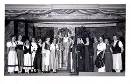 AK - Brauchtumsgruppe, Theatergruppe, Kirchenchor ? Frauen Auf Bühne - Ca 1930-40 - Leider Unbekannt - Fotografie