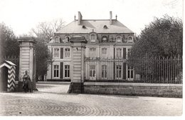 Kaserne Oder Wichtiges Gebäude Mit Wachsoldat - Ca 193-40 Leider Unbekannt - Fotografie