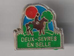 Pin's -- DEUX SEVRES En SELLE -- Cheval - Equitation - Associations