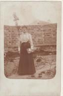 Rare Carte Photo Femme Dans Son Jardin - Fotografía