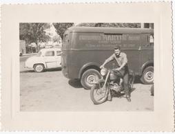 PHOTO. MOTO TERROT. CAMIONNETTE PEUGEOT. DAUPHINE RENAULT. - Photographs