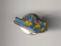 Pin's -- U.S.R - UNION SPORTIVE RENAUDINE - CHATEAU RENAULT - 1967. 1992 - Football