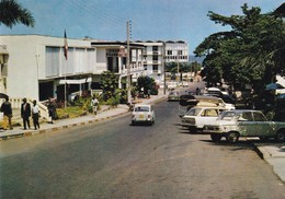 GABON  LIBREVILLE  :  AVENUE  DE  LA  MAIRIE   (  VOITURES )  . - Gabon