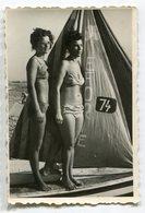 PHOTO ORIGINALE , Souvenir ,Femmes En Maillot De Bain Et Barque , Dim. 6.0 Cm X 9.0 Cm - Personas Anónimos