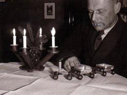 Photo Originale Homme étrange Jouant Avec Son Train Vers 1940 - Noel & Jouets - Personnes Anonymes