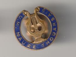 Très RARE !! Epinglette De Revers De Veste -- Pin's - MAUZE THOUARSAIS -- UNION MUSICALE Années 50 - Football