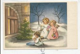Trois Anges En Prière Au Pied D'un Sapin Devant Une Porte D'église. Bougie Et Cadeaux. Glacée. - Anges